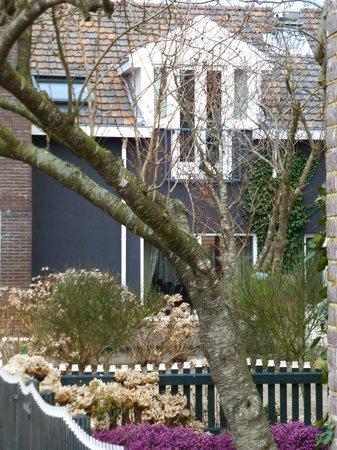 Van Heeckeren Hotel: chambre de devant derrière des arbres