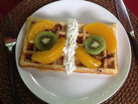 Casa Candiles Inn: cranberry Belgium waffles with peaches and kiwi