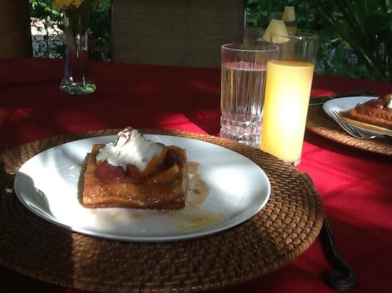 Casa Candiles Inn: French toast with fruit