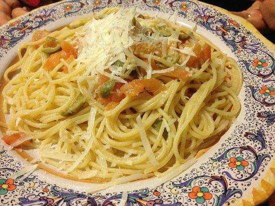 La Voce degli Angeli: Spaghetti con pomodoro fresco, olive e formaggio