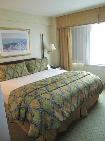 University Inn Washington DC: Bedroom (from doorway) in King Suite