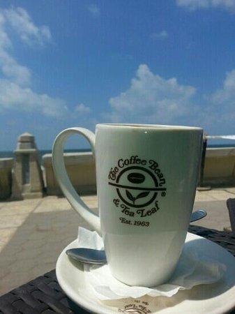 The Coffee Bean & Tea Leaf : café latte by the sea