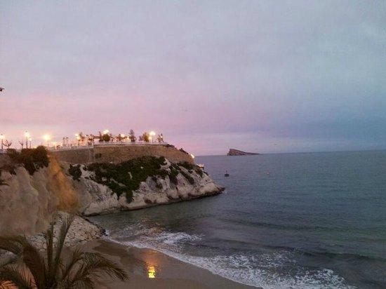 Playa Mal Pas: al fondo se ve el Castillo y en el horizonte l'Illa