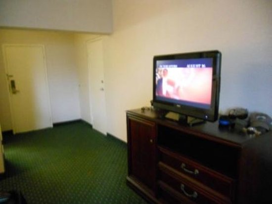Heritage House Hotel: tv in king room