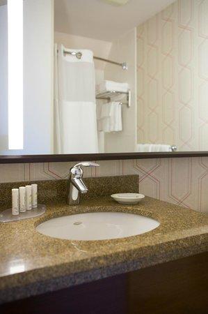 Courtyard New York Manhattan/Fifth Avenue: Suite Bathroom