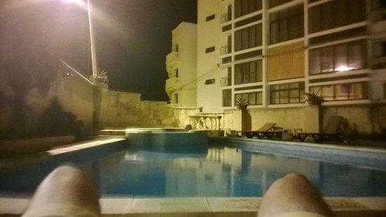 Villa Xemxija : Pool area 2am :)