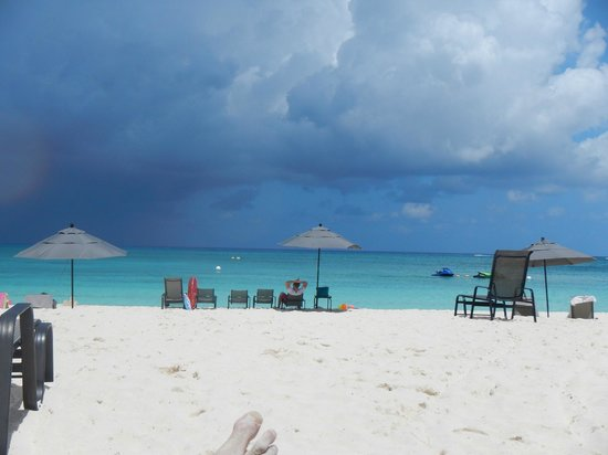Beachcomber Grand Cayman : uncrowded beach shot