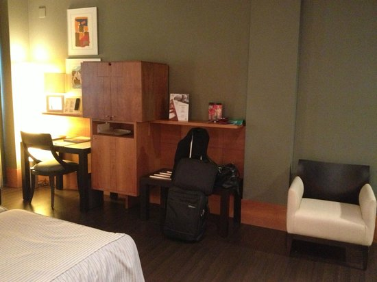 Gran Hotel Lakua: Kleiner Flachbild-Fernseher im Schrank