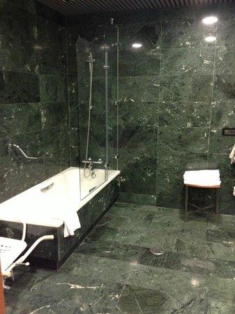 Gran Hotel Lakua: Keine Dusche, nur Badewanne