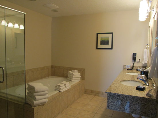 Best Western Plus Landmark Hotel: Family suite includes jetted tub