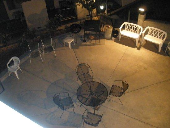 Marinwood Inn & Suites : BBQ common area below my room