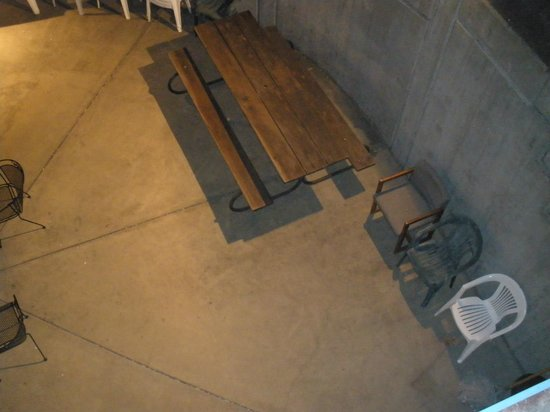 Marinwood Inn & Suites : get rid of these ugly old chairs