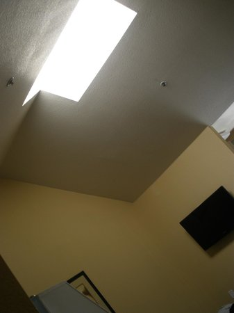 Marinwood Inn & Suites: vaulted ceiling with very bright skylight