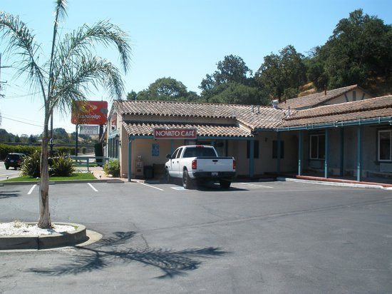 Marinwood Inn & Suites: closed on site restaurant