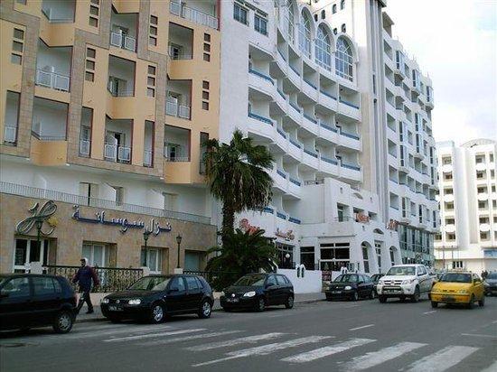 Kaiser Hotel: hotel Kaiser (biały budynek)