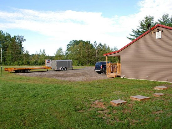 Abbot Trailside Lodging: Outside - Large Parking Area
