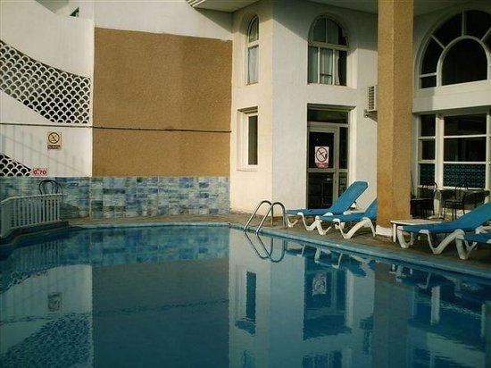 Kaiser Hotel: basen przy hotelu