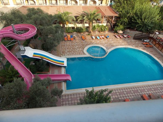 Golmar Beach Hotel: The swimming pool and slides