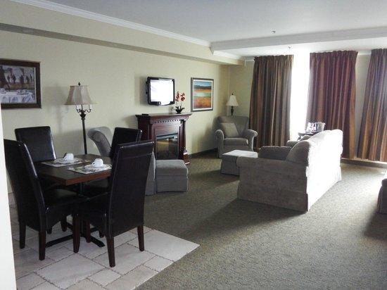 Hotel Brossard : Junior suite living, dining
