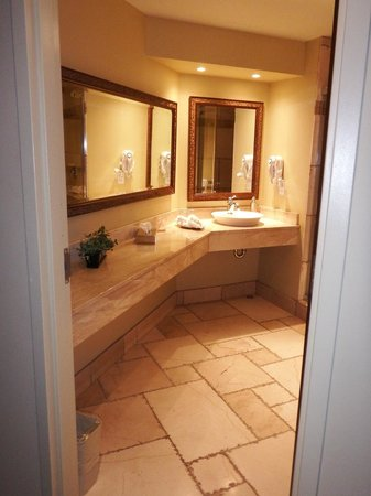 Hotel Brossard : Junior suite bathroom vanity