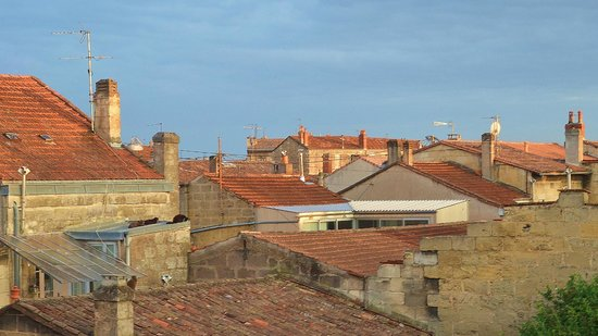 Aquitain Hotel : Rooftoops of Bordeaux from room window