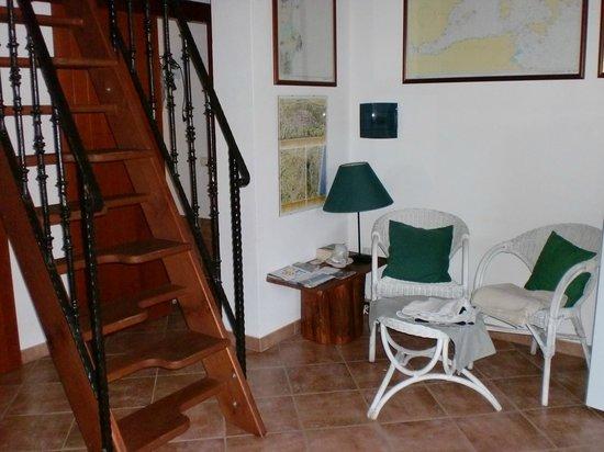 Bed & Breakfast Luna & Limoni: Treppe zum Schlafzimmer oben,  Sitzbereich, lesen
