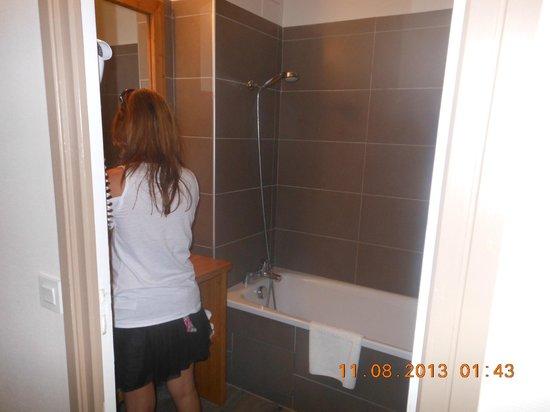 Salle de bain propre photo de antares hotel honfleur for Mr propre salle de bain