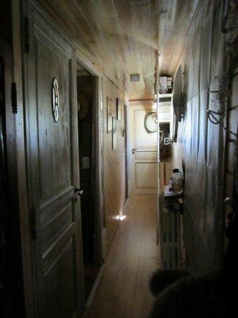 Petite Reine - Peniche : couloir vers les chambres