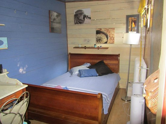 Chambre 1 picture of petite reine peniche arles for Chambre a arles