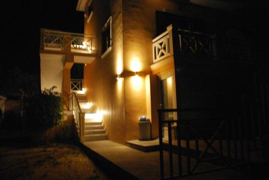Reverenza Villa: Building at night