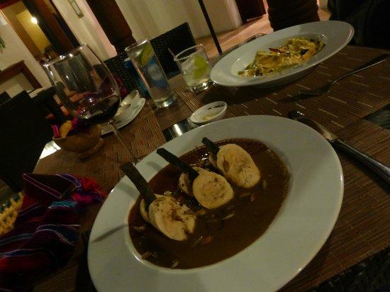 Tierra y Cielo Restaurante: chicken moles