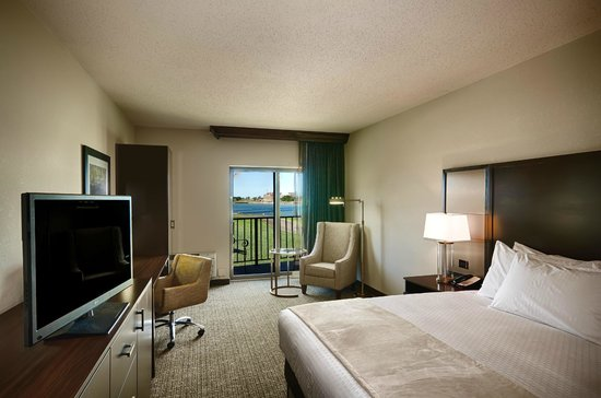 DoubleTree by Hilton Hotel Port Huron: King Guest Room