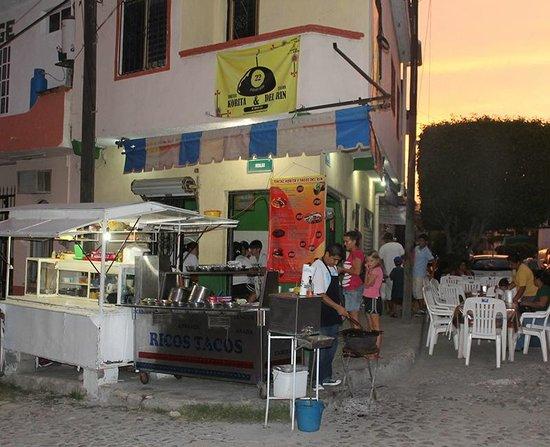 Tortas Korita / Tacos del Rin: Open in the evening for dining 'til midnight