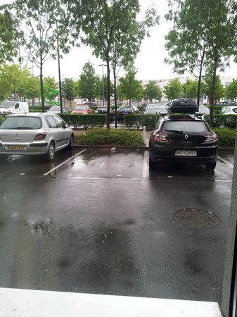 Torcy Marne-la-Vallee : Room with a view - of a carpark!