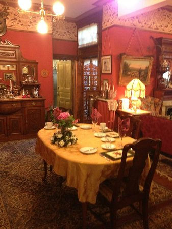 Castle Marne Bed & Breakfast: Main Dining Room - first floor