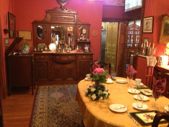 Castle Marne Bed & Breakfast: Main dining area - first floor