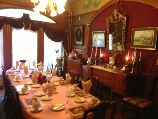 Castle Marne Bed & Breakfast: Main dining - first floor