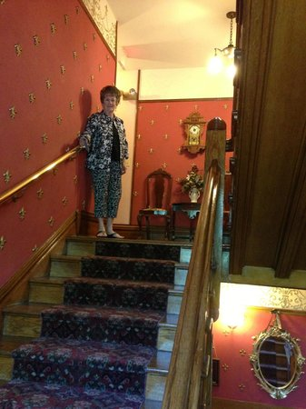 Castle Marne Bed & Breakfast: Stairway up to second/third floors