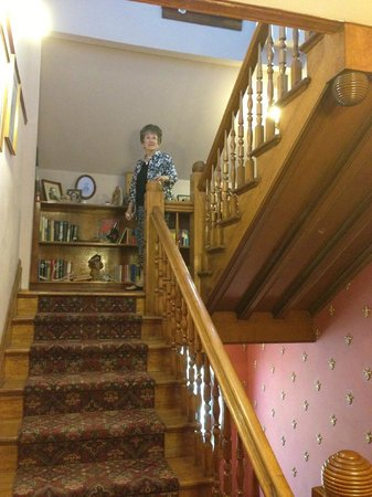 Castle Marne Bed & Breakfast: Stairway up to second floor