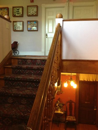 Castle Marne Bed & Breakfast: Stairway up to third floor