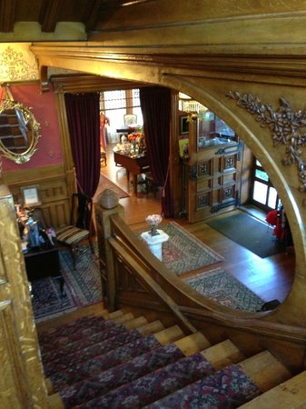 Castle Marne Bed & Breakfast: View going downstairs to reception area