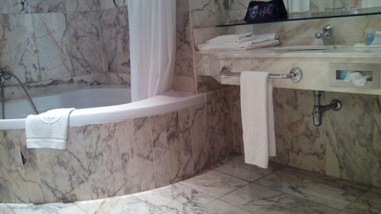 Mas Gallau: Baño con bañera rinconera simple