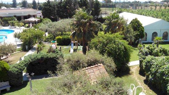 Mas Gallau : Zona jardines desde parking a recepción