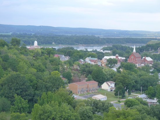 Hermann Hill Vineyard Inn & Spa and River Bluff Cottages : View of Hermann from our room