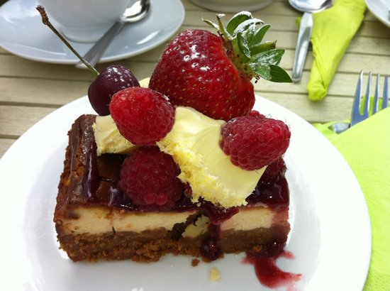 Porthtowan, UK: Twice baked cheesecake with clotted cream and berries .....mmnnnn!