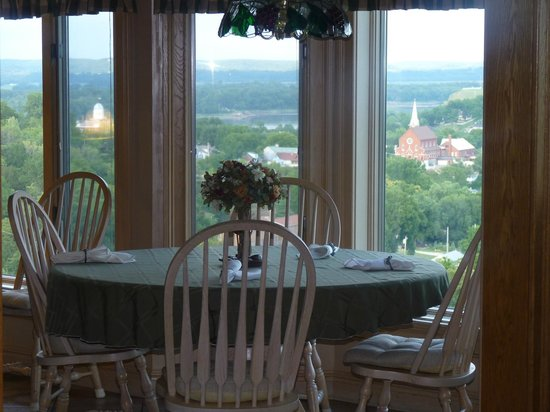 Hermann Hill Vineyard Inn & Spa and River Bluff Cottages : Eat-in Kitchen area with spectacular views