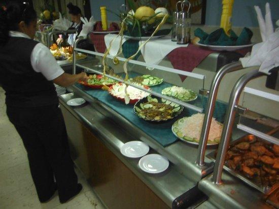 Hotel Islazul Sierra Maestra: Bohnen, Gurken und Krautsalat gut verteilt