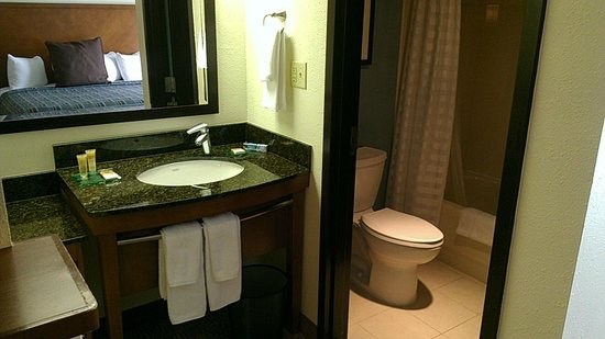 Hyatt Place Orlando Airport: bath