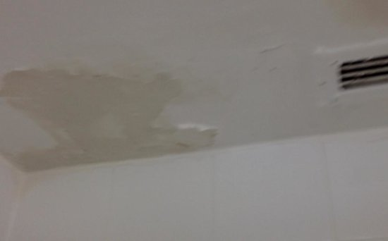 Days Inn Miami Airport North : Paint peeling off bathroom walls