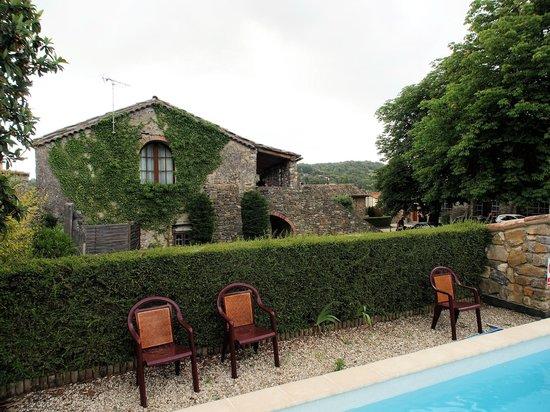 Le Clos des Arts: Het zwembad met uitzicht op de hotelkamers
